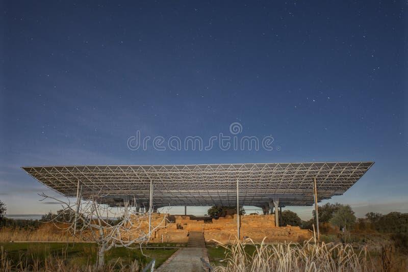 Palácio-santuário de Cancho Roano na noite, Zalamea de la Serena, Sp fotos de stock royalty free