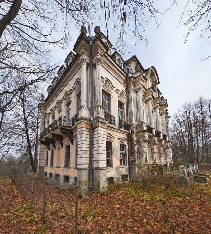 Palácio velho no parque do outono imagens de stock royalty free