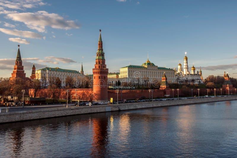 Palácios e igrejas do Kremlin de Moscou grandes do rio de Moscou no por do sol imagens de stock royalty free