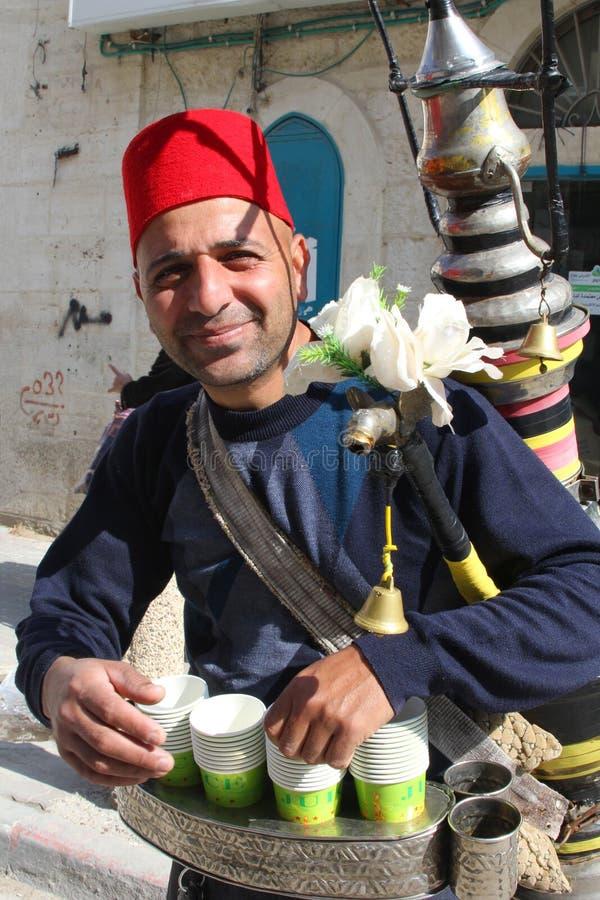 Palästinensischer Mann, der frische Leitungswasserstraße, Bethlehem verkauft stockbild