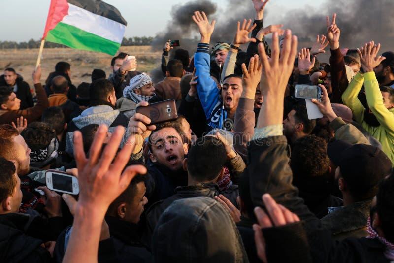 Palästinenser nehmen an der Demonstration, auf der Gaza-Israel-Grenze teil stockbilder