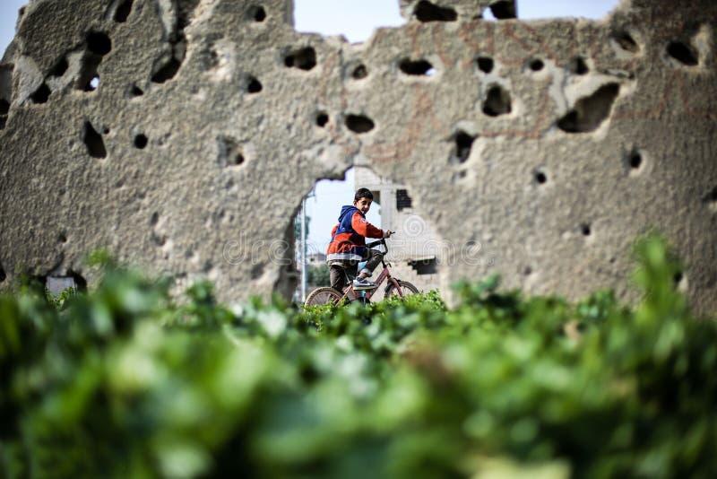 Palästinensische Christen an der Kirche St. Porphyrius in Gaza stockfotos