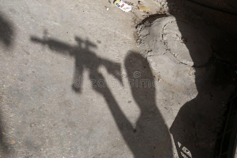 Palästinensische Jungen, die mit Plastikwaffen, das Lieblingsspiel der Kinder spielen, um Eid al-Fitr am dritten Tag Eid al-Fis z stockfotografie