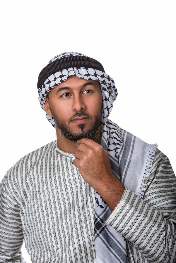Palästinensischer arabischer Mann im traditionellen Kostüm und im Handeln einer denkenden Geste stockfotografie