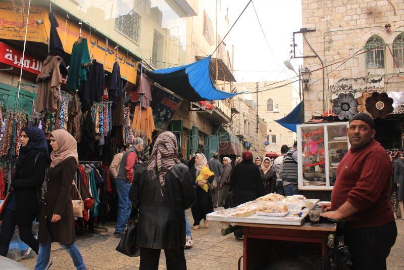 Palästinensischer Mann, der Kuchen in der Straße verkauft lizenzfreie stockbilder