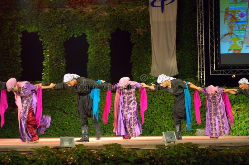 Palästinensischer traditioneller Tanz in Stadium im Freien stockfotografie