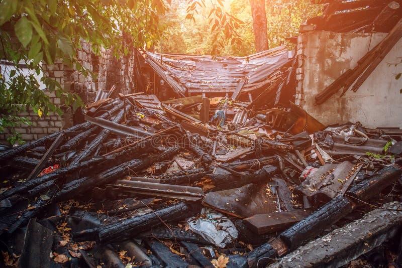 Palący dom, ruiny zniszczony budynek ogieniem, podpalenia pojęcie zdjęcia stock