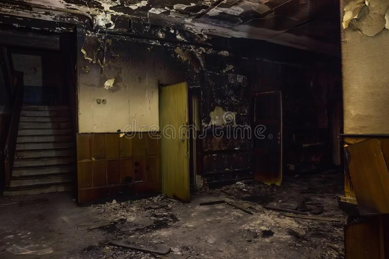 Palący pożarniczym wnętrzem stary budynek Przypalać popiół ściany, drzwi i uszkadzający meble, obrazy stock