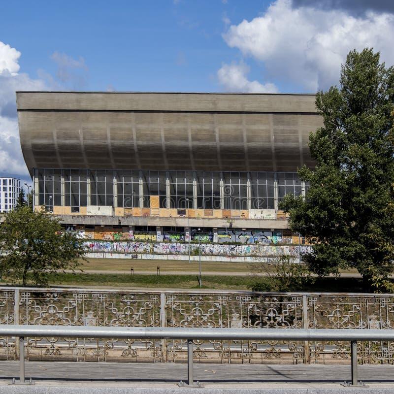 Pal?cio abandonado dos concertos e dos esportes em Vilnius, Litu?nia imagem de stock royalty free