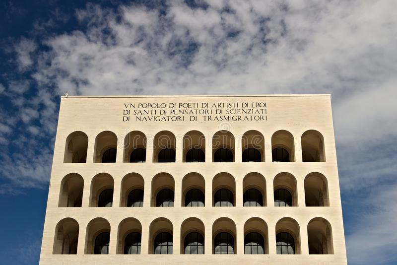 Pal?cio da civiliza??o italiana constru?do em Roma EUR Exhibiti de Fendi imagens de stock