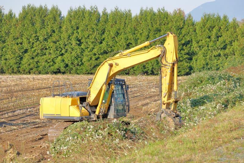 Pala che rimuove terreno agricolo fotografia stock