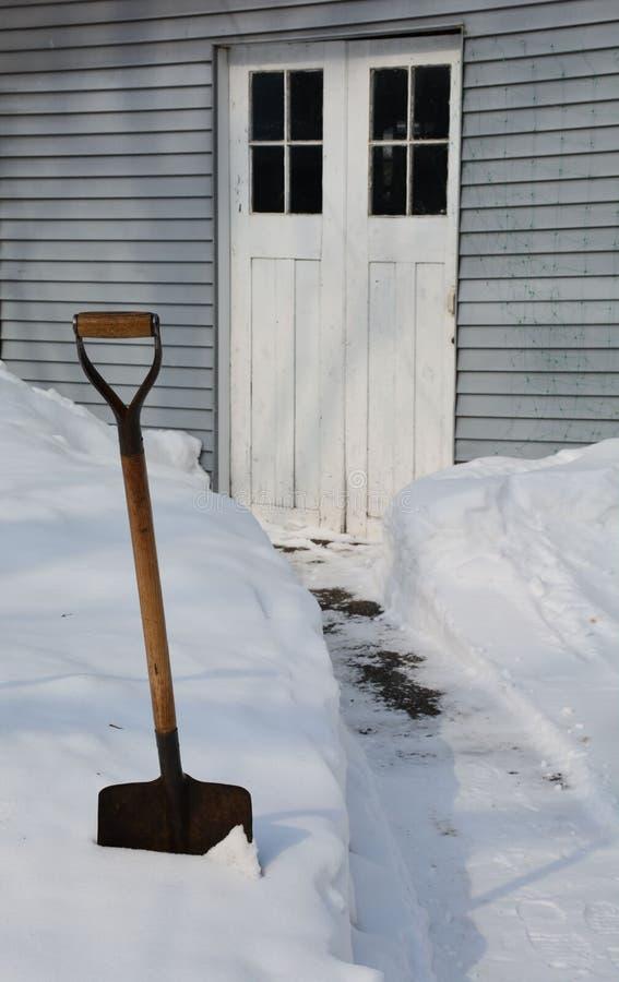 Pala que descansa en nieve fotografía de archivo