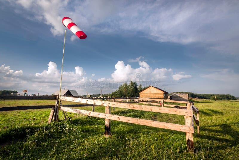 Pala rossa sui precedenti del capannone del villaggio di estate fotografia stock