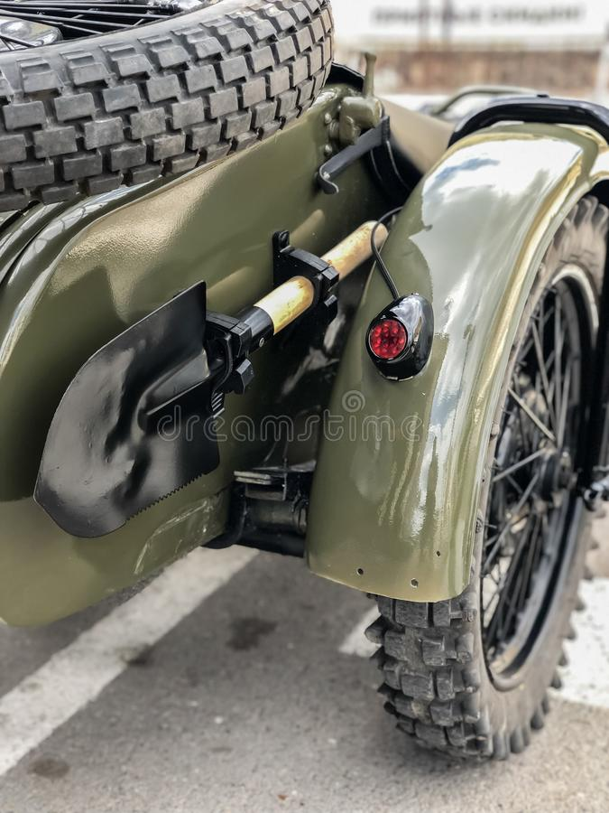 Pala soviética del bombero del ejército de la Segunda Guerra Mundial en la motocicleta retra rusa URAL fotografía de archivo libre de regalías