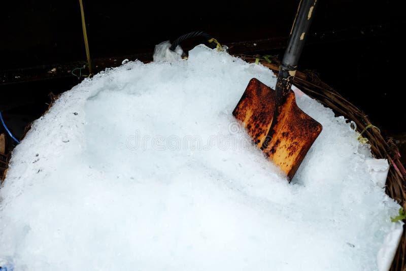 Pala vieja en cubo de hielo machacado foto de archivo
