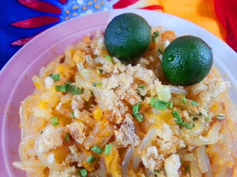 palabok - ein gebürtiger philippinischer Teller lizenzfreie stockfotografie