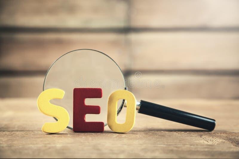 Palabra colorida Seo con la lupa Optimisat del Search Engine fotografía de archivo libre de regalías