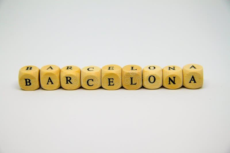 palabra de Barcelona construida con los cubos de madera y las letras negras en el fondo blanco imágenes de archivo libres de regalías