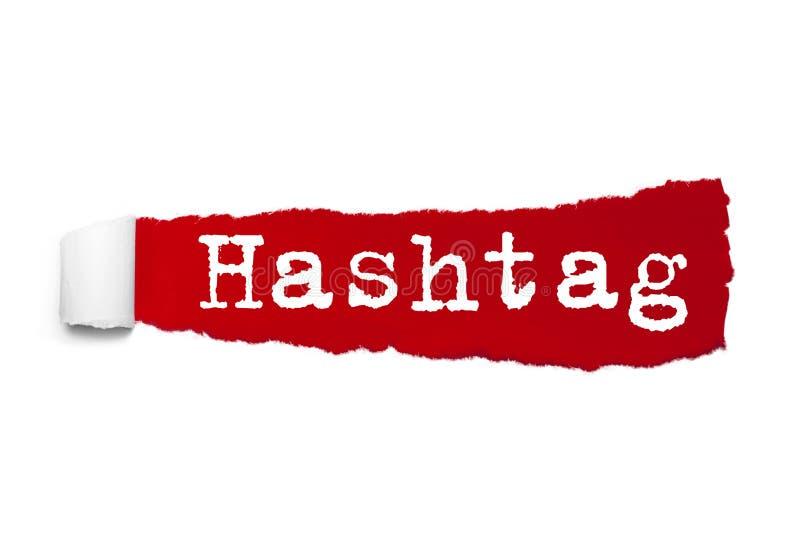 Palabra de Hashtag escrita bajo pedazo encrespado de papel rasgado rojo libre illustration