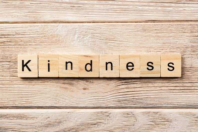 Palabra de la amabilidad escrita en el bloque de madera texto en la tabla, concepto de la amabilidad imagen de archivo libre de regalías