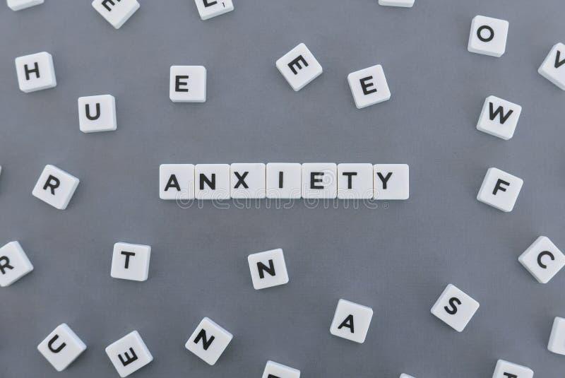 Palabra de la ansiedad hecha de palabra cuadrada de la letra en fondo gris imágenes de archivo libres de regalías
