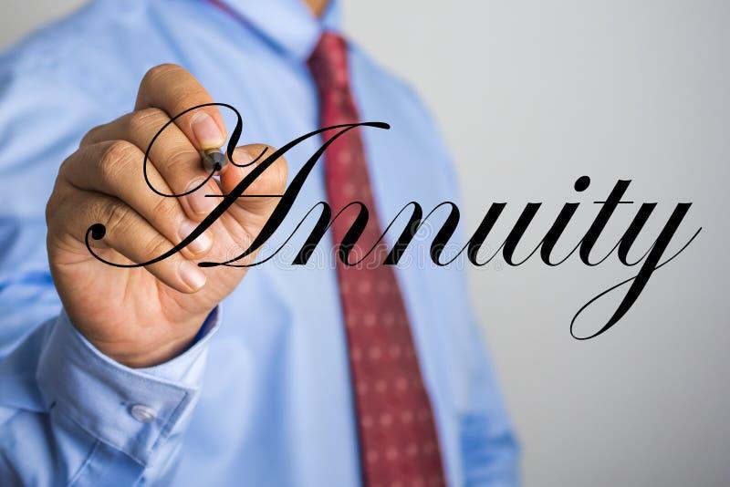 Palabra de la anualidad de la escritura del hombre de negocios en la pantalla virtual imagenes de archivo