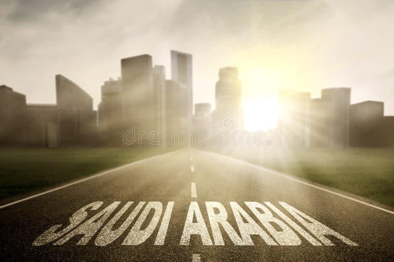 Palabra de la Arabia Saudita en el camino vacío fotografía de archivo