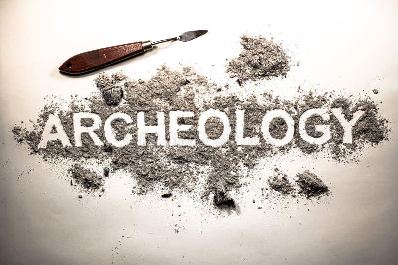 Palabra de la arqueología escrita en letras en una pila de ceniza, suciedad, suelo, imagen de archivo