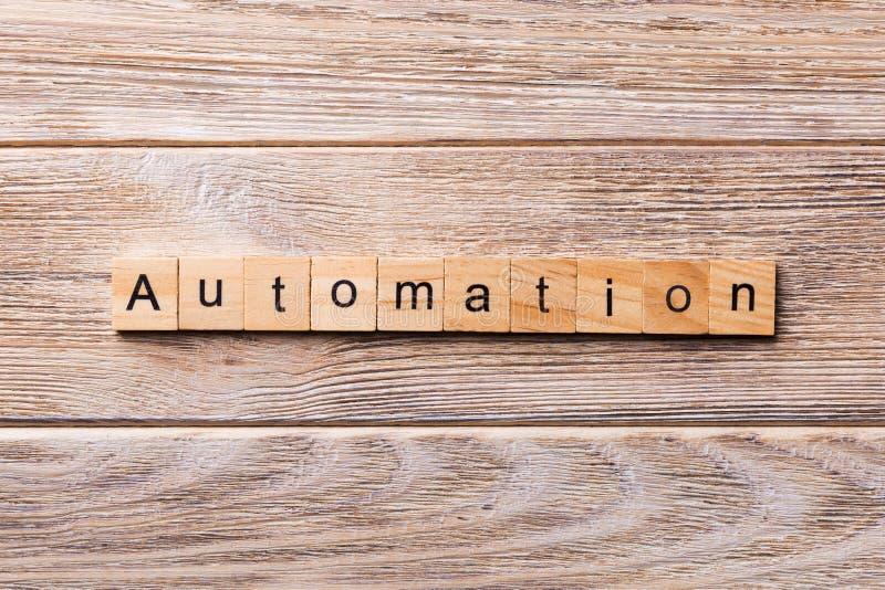 Palabra de la automatización escrita en el bloque de madera Texto de la automatización en la tabla de madera para su desing, conc fotos de archivo