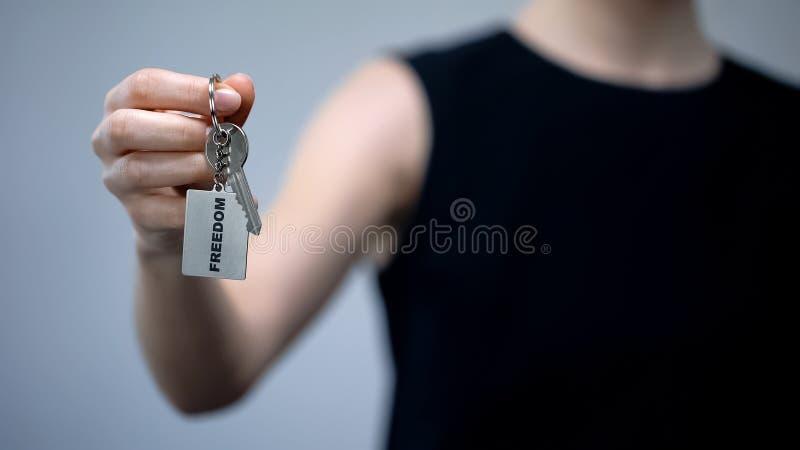 Palabra de la libertad en llavero en la mano femenina, las derechas de las mujeres, opción independiente foto de archivo libre de regalías