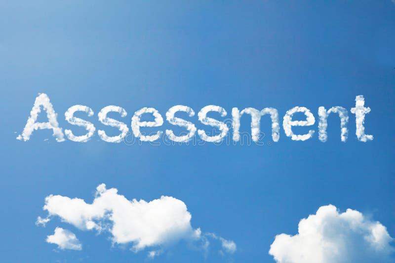 Palabra de la nube de la evaluación en el cielo imagenes de archivo