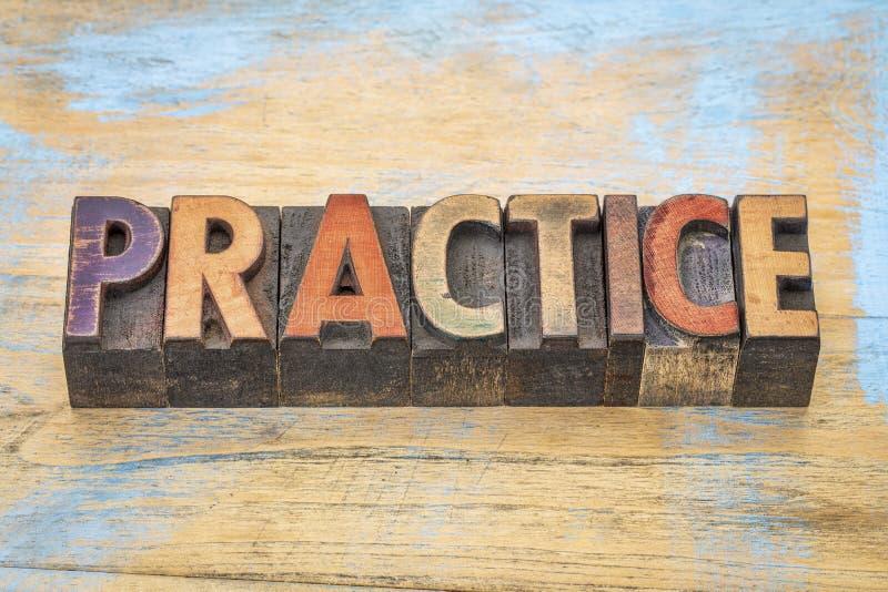 Palabra de la práctica en el tipo de madera imágenes de archivo libres de regalías