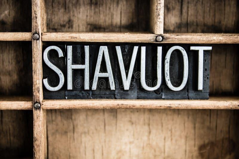 Palabra de la prensa de copiar del metal del concepto de Shavuot en cajón foto de archivo libre de regalías
