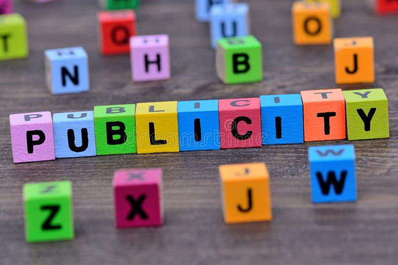 Palabra de la publicidad en la tabla imágenes de archivo libres de regalías