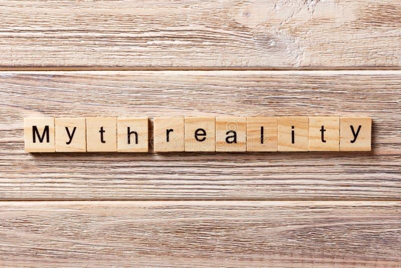 Palabra de la realidad del mito escrita en el bloque de madera Texto en la tabla, concepto de la realidad del mito foto de archivo libre de regalías