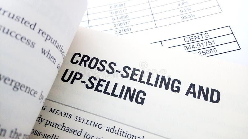 Palabra de la venta en 'cross-sell' en el libro fotografía de archivo libre de regalías