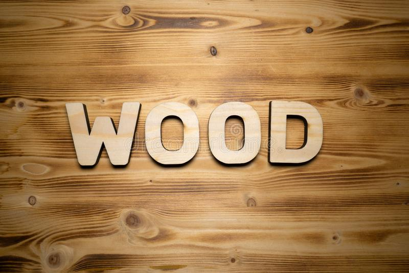 Palabra DE MADERA hecha con las unidades de creación en el tablero de madera foto de archivo