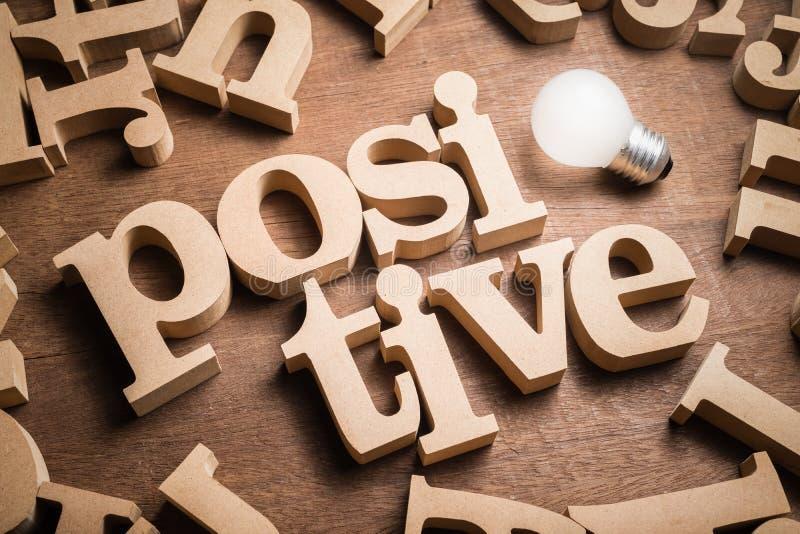 Palabra de madera de pensamiento positiva foto de archivo