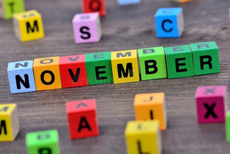 Palabra de noviembre en la tabla fotos de archivo libres de regalías