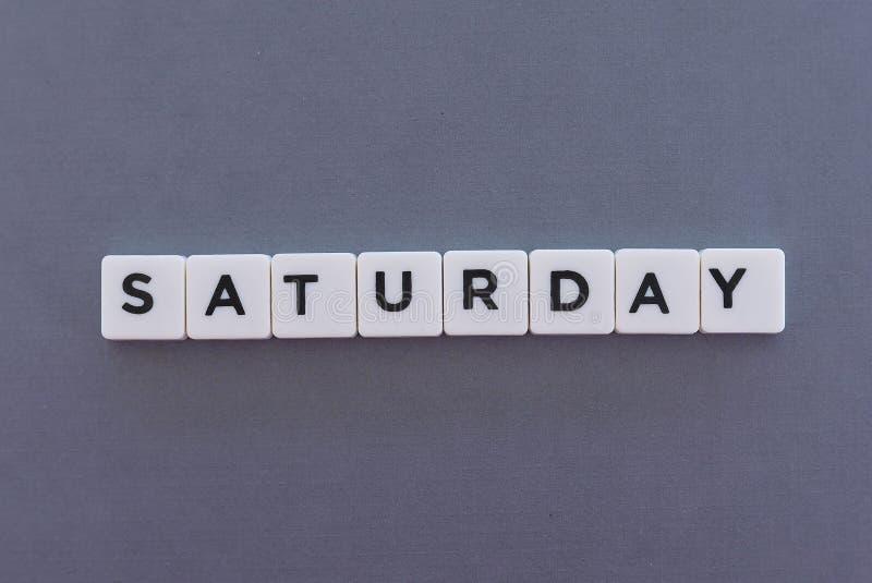 Palabra de sábado hecha de palabra cuadrada de la letra en fondo gris foto de archivo