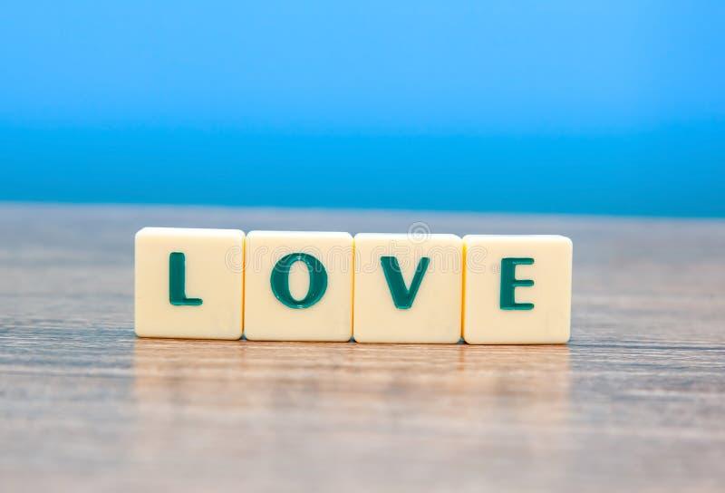 Palabra del amor en la tabla de madera fotos de archivo
