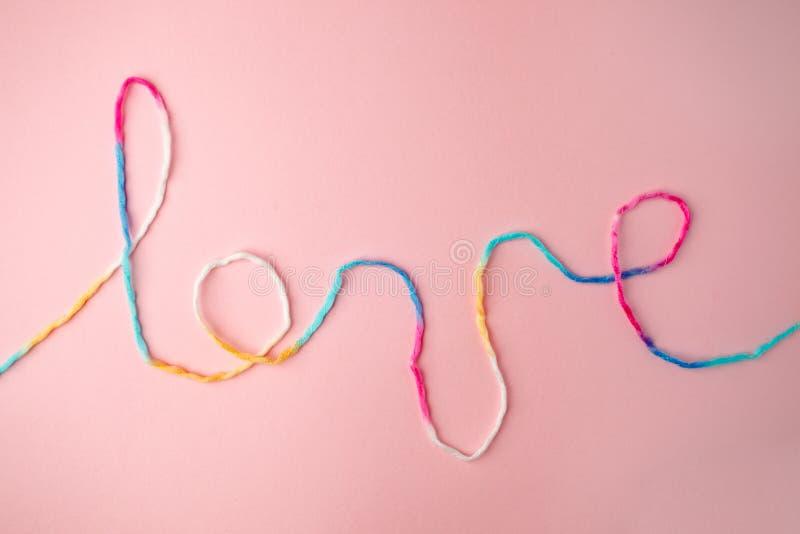 Palabra del amor escrita con las letras, concepto y el fondo de lana del hilo para el día de tarjeta del día de San Valentín, esp foto de archivo libre de regalías