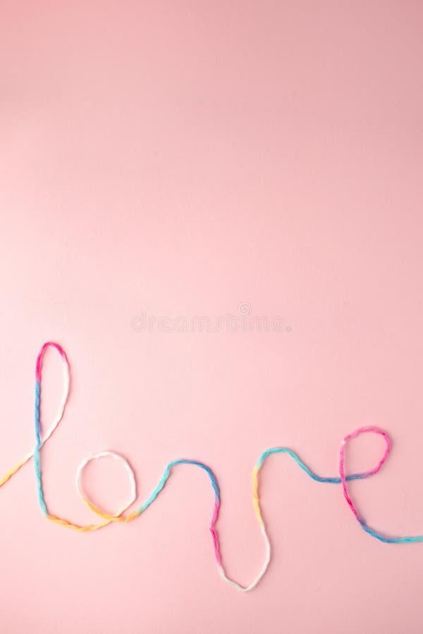 Palabra del amor escrita con las letras, concepto y el fondo de lana del hilo para el día de tarjeta del día de San Valentín, esp imagen de archivo libre de regalías