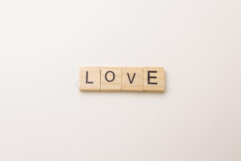 Palabra del bloque del amor en el espacio blanco foto de archivo