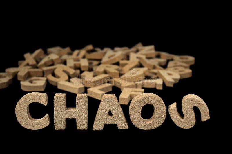 Palabra del caos en letras de molde del corcho fotos de archivo libres de regalías