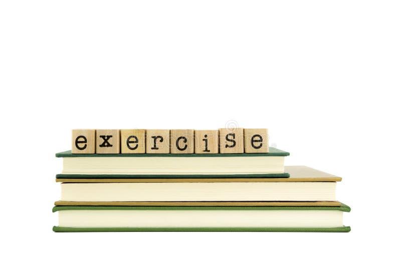 Palabra del ejercicio en sellos y libros de madera fotos de archivo
