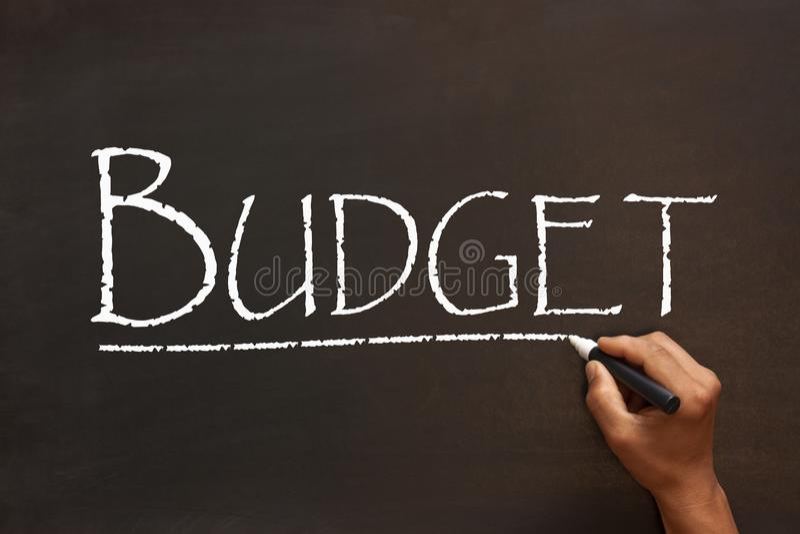 Palabra del presupuesto en la pizarra fotos de archivo