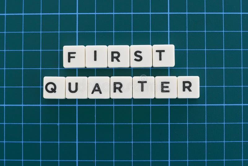 Palabra del primer trimestre hecha de palabra cuadrada de la letra en fondo cuadrado verde de la estera imagen de archivo libre de regalías
