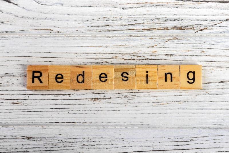Palabra del REAJUSTE hecha con concepto de madera de los bloques imagenes de archivo