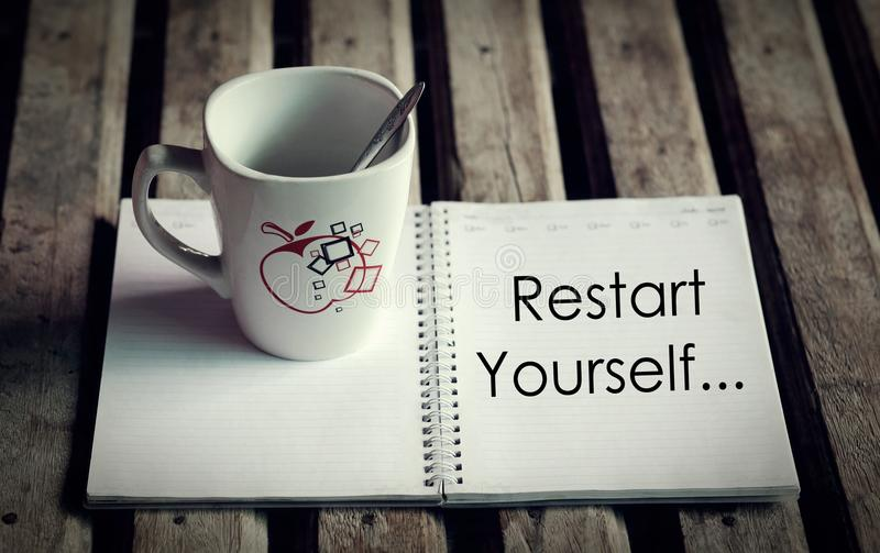 Palabra del recomienzo usted mismo en el diario imagen de archivo